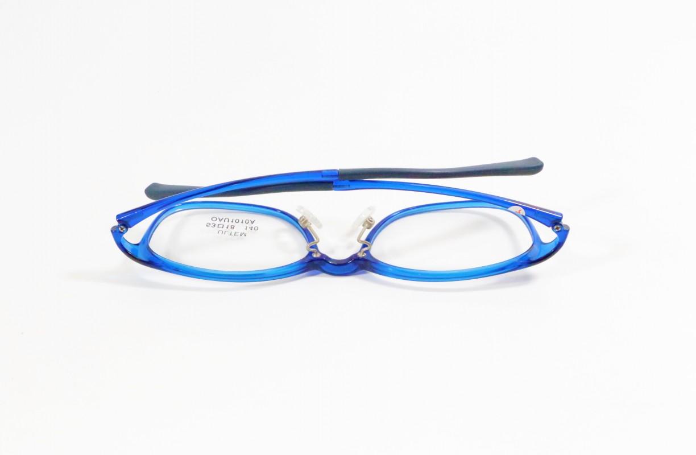 bảo quản kính sai cách, không nên đặt kính úp xuống bàn, không nên để kính up xuống, sử dụng kính sai cách, mắt kính minh hùng, minh hung optic